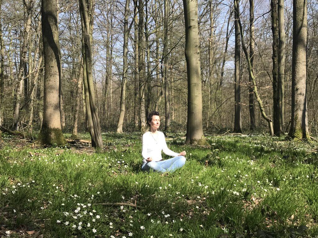 Malira meditiert im Wald